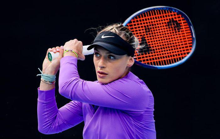 Ana Bogdan cu paleta pe fundal negru bluza violet
