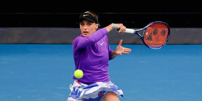 Ana Bogdan loveste cu bluza violet