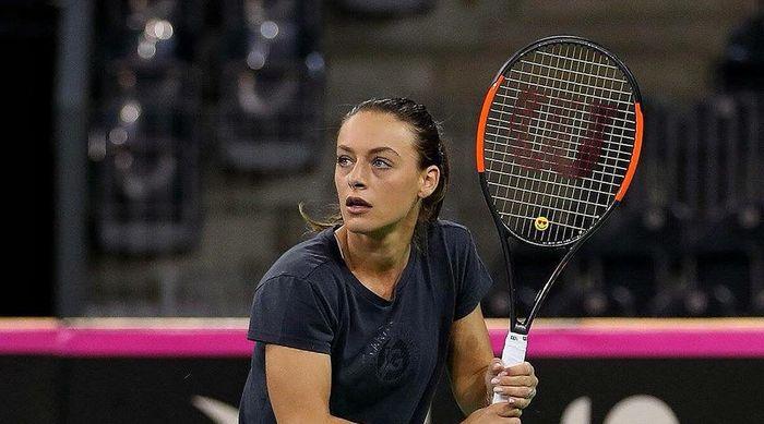 Ana Bogdan tricou negru cu paleta fundal negru