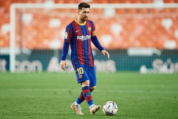 Lionel Messi singur a minge cu poarta goala in fundal