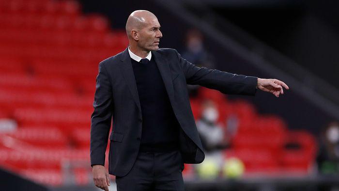 Zinedine Zidane la costum si cu pulover